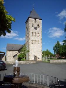 100_1611-Pfarrkirche Westansicht